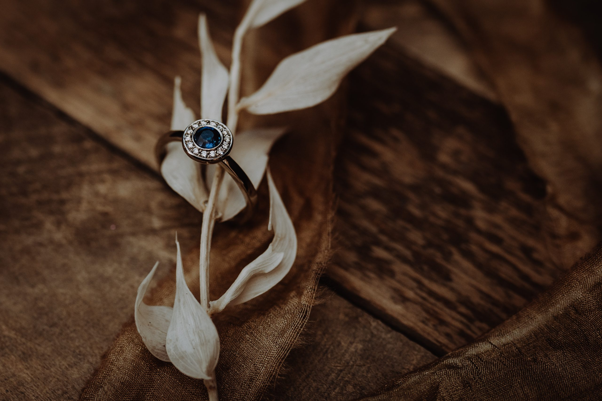 Individueller Verlobungsring mit Saphir, Brillanten in Weißgold gefasst