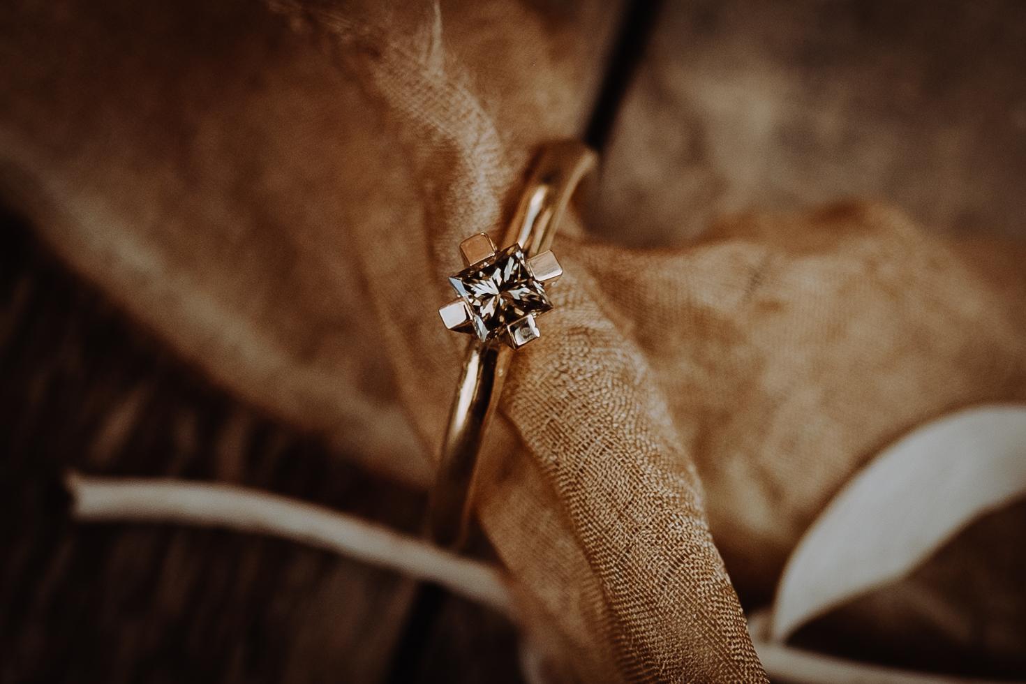 handgefertigter Verlobungsring mit einem braunen Diamanten im Princess Cut