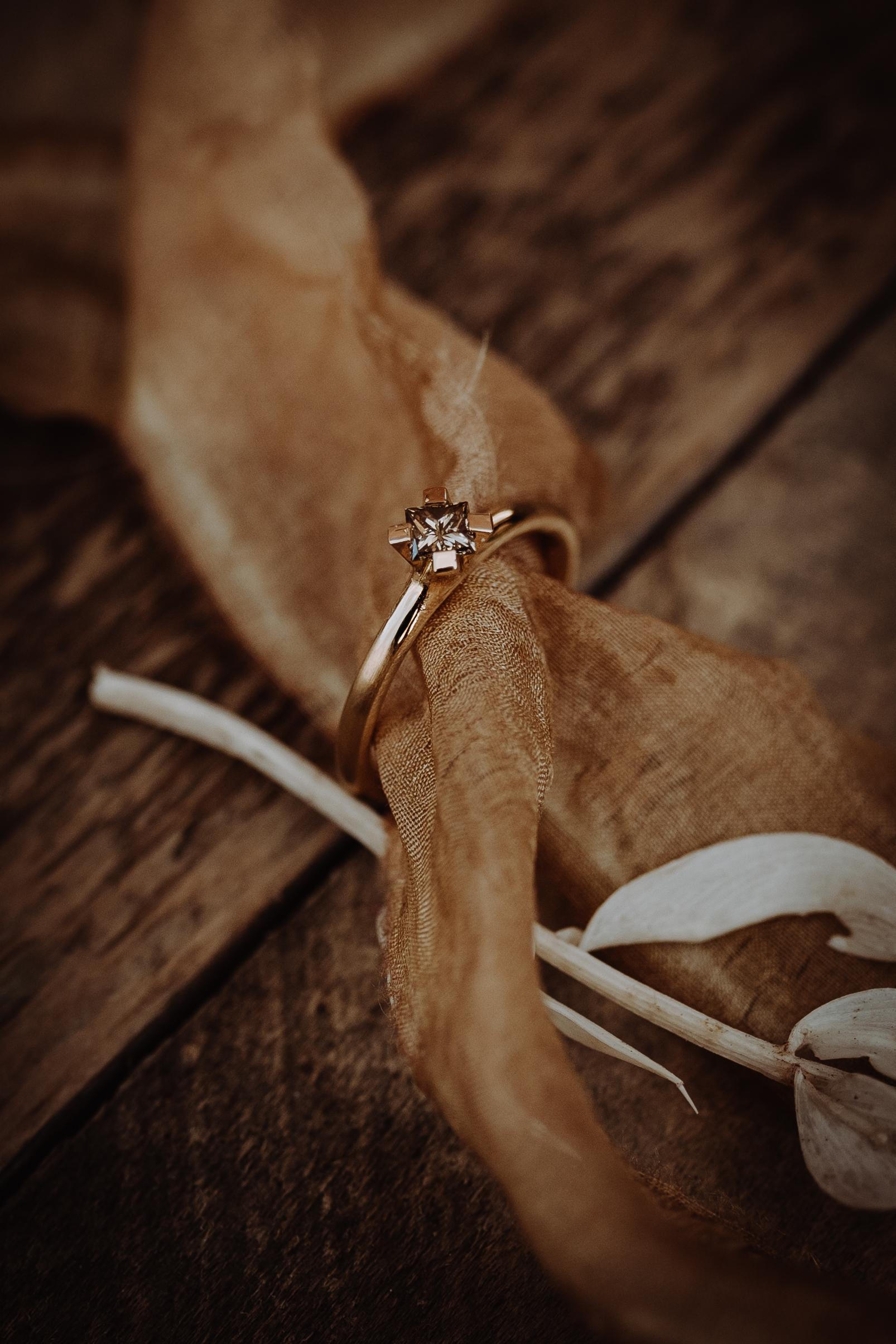 Individueller Verlobungsring. Schmuckring, in 750/- Gelbgold mit einem braunen Princess cut