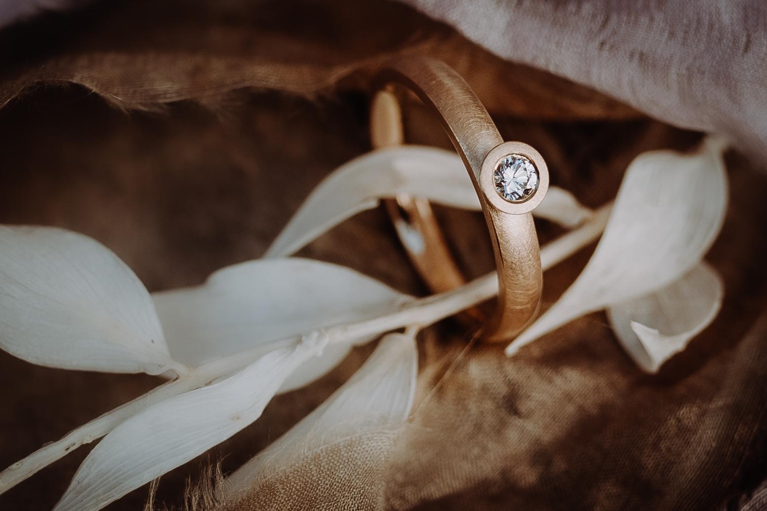 Handgefertigter Verlobungsring schlicht, in 750/- Roségold und einem Brillant